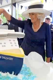 """Herzogin Camilla schneidet die eindrucksvolle Schiffs-Torte bei der Taufe des neuen Kreuzfahrtschiffes """"Spirit of Discovery"""" des britischen Kreuzfahrtunternehmens Saga an."""