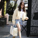 """""""Pretty woman walking down the street""""...Emma Roberts präsentiert ihre endlosen Beine auf den Straßen von Los Angeles. Diese langen Stelzen muss sie von ihrer berühmten Tante Julia Roberts geerbt haben. In der kurzen Highwaist-Jeans kommen sie richtig schön zur Geltung!"""