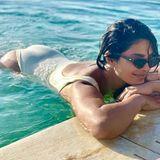 Obwohl Priyankas Badeanzug auf den ersten Blick ziemlich gewöhnlich aussieht, lohnt sich ein zweiter Blick! Der Badeanzug der Schauspielerin hat nämlich einen sexy Rückenaussicht.