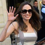 Strahlend schöner Auftritt in Paris: Schauspielerin Angelina Jolie sorgt auf den Straßen der Stadt der Liebe für Aufsehen. Das liegt nicht zuletzt an ihrem wunderschönen Outfit und einem noch viel schöneren Lächeln ...