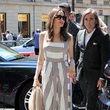 Angelina Jolie trägt ein sommerliches Maxikleid mit Streifen, ihre schmale Taille wird durch den Schnitt des Kleides betont.