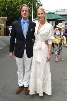 """Vor weniger als zwei Monaten stand Lady Gabriella Windsor noch vorm Traualtar. Nun, Mitte Juli 2019, ist sie in Wimbledon beim Tennis anzutreffen. Hier trägt sie selbstverständlich kein Brautkleid mehr, von dem """"ganz in Weiß"""" ist sie dennoch nicht losgekommen. Im hellen Hemdkleid mit Bindegürtel von Johanna Ortiz strahlt sie After-Wedding-Vibes aus."""