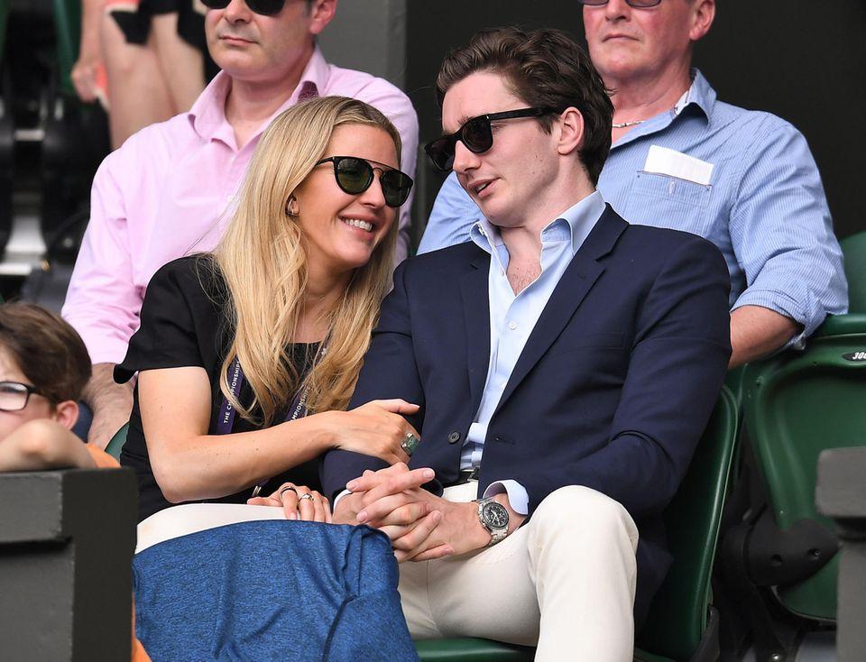 9. Juli 2019  Ellie Goulding und ihr VerlobterCaspar Jopling können auf der Zuschauertribüne von Wimbledon die Finger nicht voneinander lassen.