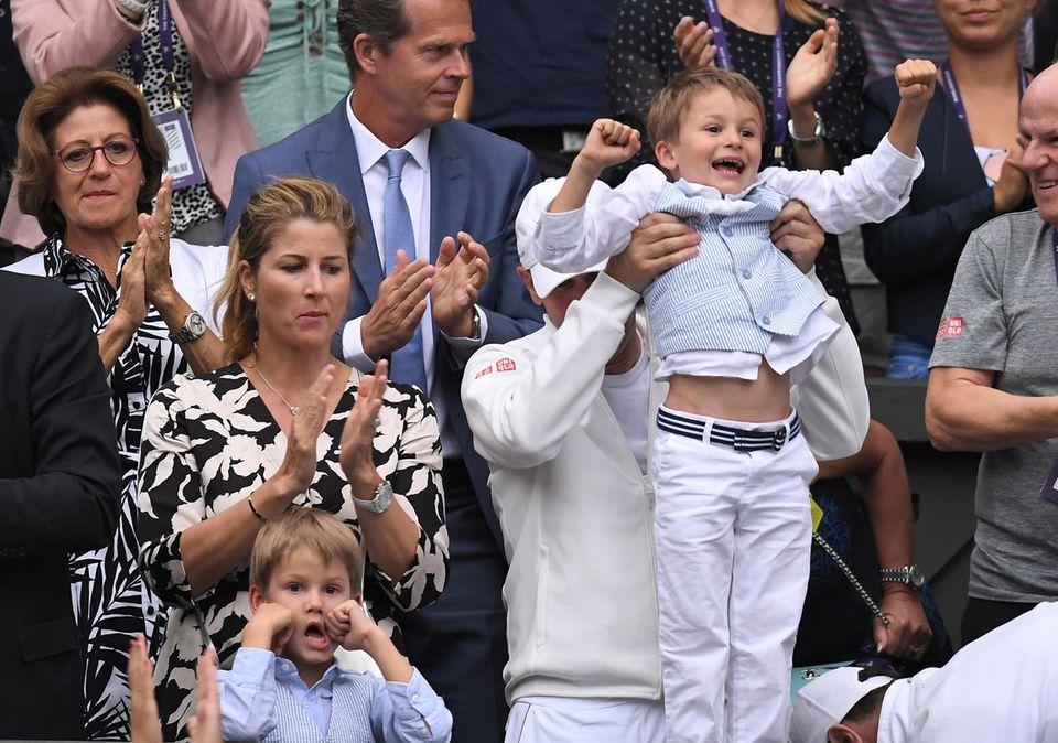 8. Juli 2019  Im Achtelfinale von Wimbledon bekommt Roger Federer ganz besonders süße Unterstützung: Seine Zwillinge Leo und Lennart, beide fünf, jubeln ihrem Vater von der Tribüne aus zu. Mit dabei ist auch Mirka Federer, 41, die Ehefrau der beliebten Tennislegende.