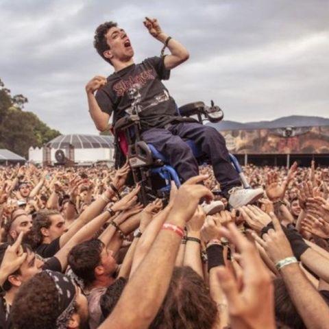 Beim Resurrection Fest trugen Metal-Fans einen Rollstuhlfahrer auf Händen