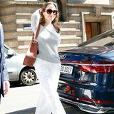 """In der Stadt der Liebe strahlt Angelina Jolie wie der Sommer. Anstatt ihrer ewig schwarzen Outfits, überraschte sie in den letzten Tagen gleich mehrfach mithellen Looks. So wählt sie auch heute eine weiße Hose und kombiniert einen leichten Pullover dazu. Ihr Lieblingsaccessoire darf natürlich nicht fehlen: eine große Sonnenbrille, hier das """"Paris Texas""""-Modell von Louis Vuitton für 465 Euro."""