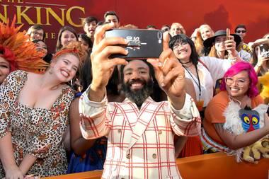 """9. Juli 2019  Im Dolby Theatre in Hollywood wird die Weltpremiere des Disney-Klassikers """"The Lion King"""" gefeiert. Donald Glover macht auf dem roten Teppich bei seiner Ankunft Selfies mit den Fans."""