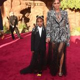 Ein absolutes Highlight ist außerdem, dass Beyoncé ihre Tochter Blue Ivy in einem ähnlichen Look mitbringt. Die 7-Jährige passt modisch perfekt zu ihrer berühmten Mutter.
