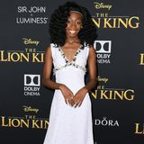 """Shahadi Wright Joseph spielt in """"The Lion King"""" die junge Nala. Bei der Premiere schlüpft sie in ein weißes Kleid von Miu Miu, das nur wenige Kristalle am Oberteil benötigt, um ein wahrer Hingucker zu werden."""