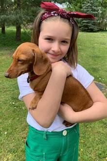 """10. Juli 2019  Harper wird von ihren drei Brüdern auf Händen getragen! Der älteste Sohn von Victoria und David Beckham, Brooklyn, teilt zum Geburtstag einen knuffigen Schnappschuss von seiner Schwester und einem kleinen Hund. Dazu schreibt der 20-Jährige: """"Alles Gute zum Geburtstag an die beste kleine Schwester aller Zeiten."""""""