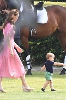 Ganz schön flott unterwegs! Louis weiß ganz genau, wo er hinwill. Mama Kate lässt ihren Jüngsten bei seiner Erkundungstour nicht aus den Augen.