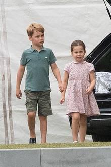 Prinzessin Charlotte ist auch modisch eine waschechte Britin: Bei dem Besuch von Papa Williams Polospiel trägt sie erneut ein süßes Kleid mit Liberty-Blümchen-Print - farblich abgestimmt mit dem Outfit ihrer Mutter Herzogin Catherine.