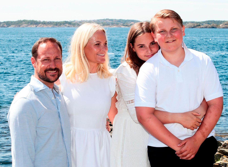 10. Juli 2019  In luftiger Sommerkleidung posierenPrinz Haakon, Prinzessin Mette-Marit, Prinzessin Ingrid Alexandra und Prinz Sverre Magnus für den Fotografen.
