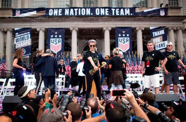 10. Juli 2019  Mit einer großen Sieges-Parade sind die US-Weltmeisterinnen rund um Megan Rapinoe in New York von Tausenden Fans gefeiert worden.