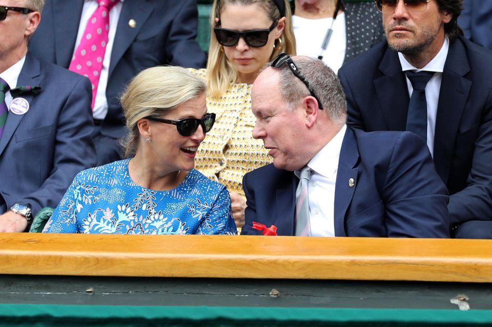 10. Juli 2019  Royales Treffen am Centre Court: Sophie, Gräfin von Wessex und Fürst Albert von Monaco nutzen Spielpausen für einen kleinen Plausch.