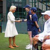 10. Juli 2019  Die Ballkinder von Wimbledon freuen sich, Herzogin Camilla einmal persönlich die Hand schütteln zu können.