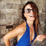 Ein weiteres Modell, das Nazan Eckes in ihrem Koffer hat, ist ein blauer Neckholder-Badeanzug, der die Taille wundervoll formt.