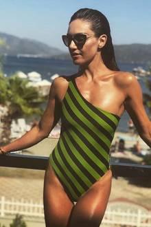 Auch das dritte Modell von Nazan Eckes lässt sich sehen. Es ist ein One-Shoulder-Anzug mit diagonalen Streifen.