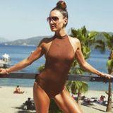 Nazan Eckes genießt den Sommer 2019 an derTürkischen Riviera und macht die Strandpromenade zu ihrem Catwalk. Täglich zeigt sie einen anderen tollen Badeanzug - hier ein braunes Modell mit hohem Carréausschnitt.
