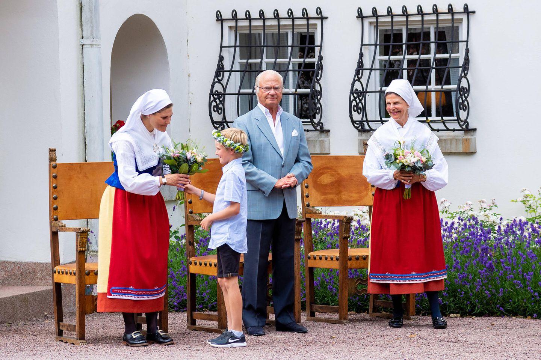 11. Juli 2019  Und wie immer sind viele Besucher in den Schlossgarten gekommen, die ihre Königsfamilie mit Blumen zu begrüßen.