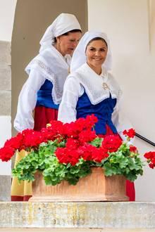 """11. Juli 2019  Wenn die schwedische Königsfamilie ihren Sommersitz Schloss Solliden auf der Insel Öland besucht, wird die Zeit genutzt, um den """"Öländer des Jahres"""" auszuzeichnen. Prinzessin Victoria und Königin Silvia tragen dabei traditionell die Tracht der Ostsee-Insel."""