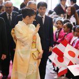10. Juli 2019  Prinzessin Mako ist für einen sechstägigen Staatsbesuch nach Peru gereist, um das 120. Jubiläum der ersten japanischen Einwanderer in dem südamerikanischen Land zu feiern. Im japanisch-peruanischen Kulturzentrum wird die älteste Nichte von Kaiser Naruhito von 200 Kindern willkommen geheißen.