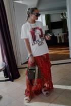 """Was Fashionistas und """"Star Wars""""-Fans miteinander gemeinsam haben? Sie werden dieses coole Shirt aus der Capsule Kollektion des italienischen Labels Etro lieben! Nina Suess macht's vor und kombiniert das lässige Shirt zu Boho-Rock und Flechtfrisur!"""