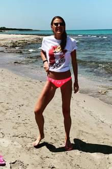 Auch Anna Dello Russo liebt das Shirt. Sie kombiniert es zum knappen, pinken Bikini-Höschen und cooler Sonnenbrille.