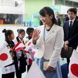 """10. Juli 2019  In der """"La Union""""-Schule winkt die japanische Prinzessin ihren kleinen Fans zu."""
