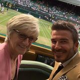 """Fun day at Wimbledon with mum""  David Beckham und seine Mutter Sandra verbringen einen spaßigen Mutter-Sohn-Tag am Centre Court, und dort muss natürlich auch ein Selfie gemacht werden."
