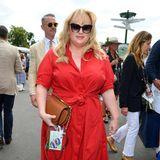 Rebel Wilson lässt es in Wimbledon knallen! In einem roten Hemdkleid von Ralph Lauren ist sie kaum zu übersehen. Das Dress kostet knapp 160 Euro.