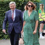 Männer haben es bei ihrer Outfit-Wahl einfach: Mit einem gut sitzenden Anzug ist Michael Middleton perfekt angezogen. Seine Frau Carole Middleton trägt ein grünes Wickelkleid von Scotch & Soda für 190 Euro.