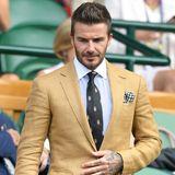 David Beckham setzt aufs Ganze und erscheint sogar mit eingestecktem Taschentuch. Der Mustermix in seinem Look ist genial.