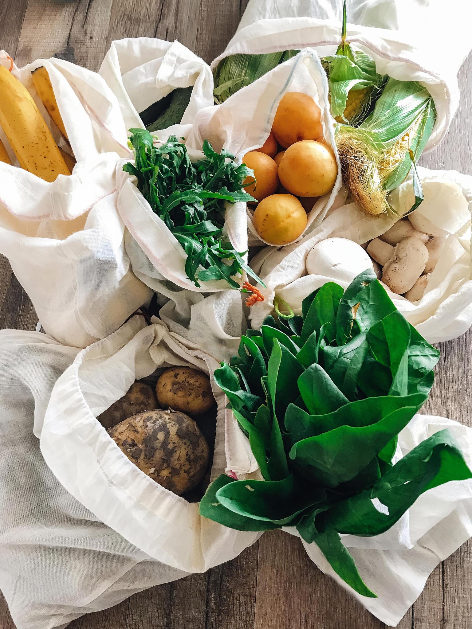 Obst und Gemüse muss man nicht in Plastiktüten verstauen, sie können auch in nachhaltigen Netzen oder Beuteln transportiert werden.
