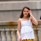 Suri Cruise wird ihrer schönen Mutter Katie Holmes einfach immer ähnlicher. Von ihr hat sie wohl auch das modebewusste Auftreten und den Mut zu gewagten Materialien. Hier spaziert sie in einem goldenen Samtrock durch New York City und sieht wirklich fantastisch aus. Dabei scheint sie sehr detailverliebt zu sein: Ihre vordere Haarpartie trägt sie geflochten, eine Kordel betont ihren Oberkörper undihre Fingernägel hat sie in einem knalligen Pinkton lackiert.