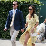 Für ihren Besuch in Wimbledon trägt Pippa Middleton ein zartgelbes Kleid mit Punkten. Der gewickelte Stil ist super stylisch, aber auch sehr riskant! Ein Windstoß sorgt für tiefe Einblicke...