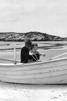Am Strand von Newport genießt John F. Kennedy unbeschwerte Stunden mit seinem Sohn.