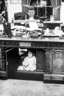 John-John hat sich im Oval Office unter dem Schreibtisch seines Vaters versteckt.
