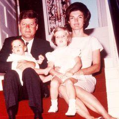 US-Präsident John F. Kennedy posiert 1961 mit seiner Frau Jackie und den Kindern John F. Kennedy jr., genannt John-John, und Caroline für ein Familienfoto.