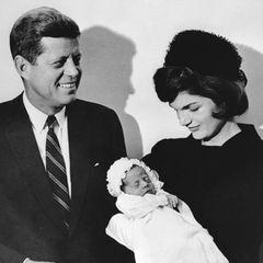"""Am 25. November 1960 kommtJohn F. Kennedy jr. als drittes Kind von John F. Kennedy und dessen EhefrauJacqueline """"Jackie"""" Kennedy, geborene Bouvier, zur Welt.Seine älteste Schwester Arabella wurde vier Jahre zuvor tot geboren. Sein jüngerer Bruder Patrick starb zwei Tage nach seiner Geburt. Heute lebt nur noch Johns ältere Schwester Caroline Kennedy, die 1957 geboren wurde."""