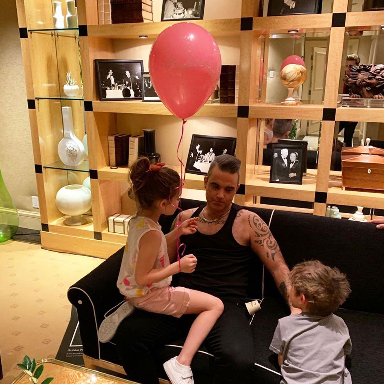 12. Juli 2019  Bist du etwa schon müde, Papa?  Robbie Williams ruht sich nach dem Spielen mit Tochter Theodora und Sohn Charlton schnell mal kurz auf derCouch aus.