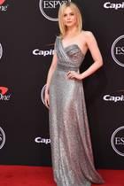 An dieser Stelle möchten wir Ihnen nochmal in Erinnerung rufen, dass Elle Fanning erst 21 Jahre alt ist. Der einstige Kinderstar posiert auf dem Red Carpet allerdings wie ein alter Hase. Bei den ESPYS Awards präsentiert sie sich in einem bezaubernden Glitzerkleid vonCéline.