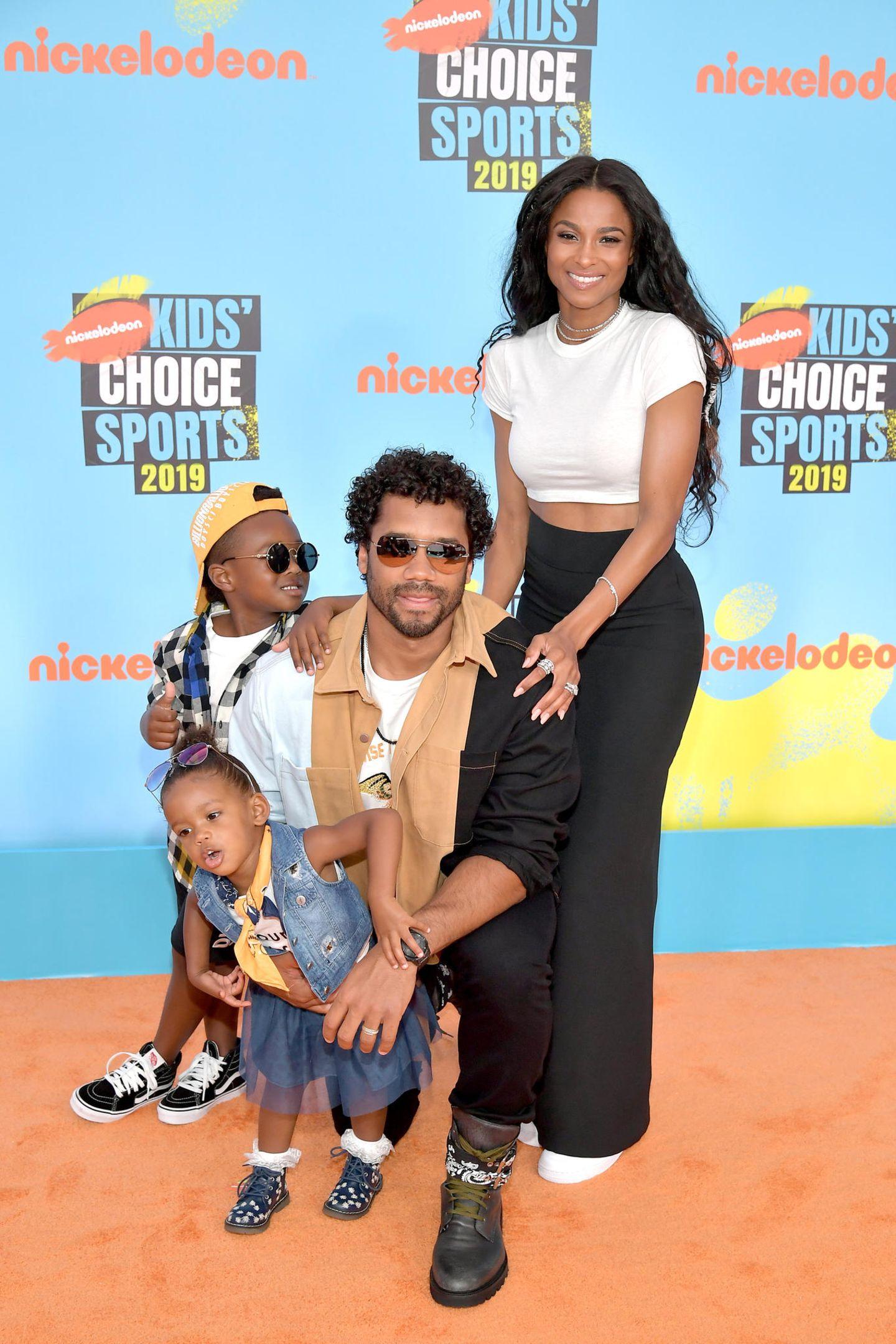 Auf dem selben roten Teppich stehen auch Ciara und Russell Wilson mit ihren zwei Kids. Sie haben sich modisch aufeinander abgestimmt und geben einen coolen Anblick ab.