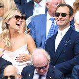 Ein Auftritt mit Seltenheitswert! Die frisch Vermählten Jude Law und Phillipa Coan besuchten Wimbledon am gestrigen Freitag (12. Juli). Die beiden zeigen sich sonst eher ungern in der Öffentlichkeit, doch beim Tennis scheinen sie ihre Öffentlichkeits-Aversion ganz zu vergessen. Sie lachten, sie flirteten, sie genossen die gemeinsame Zeit am Centre Court. Und wir müssen neidvoll zugeben: Die beiden sind ein schönes Paar!