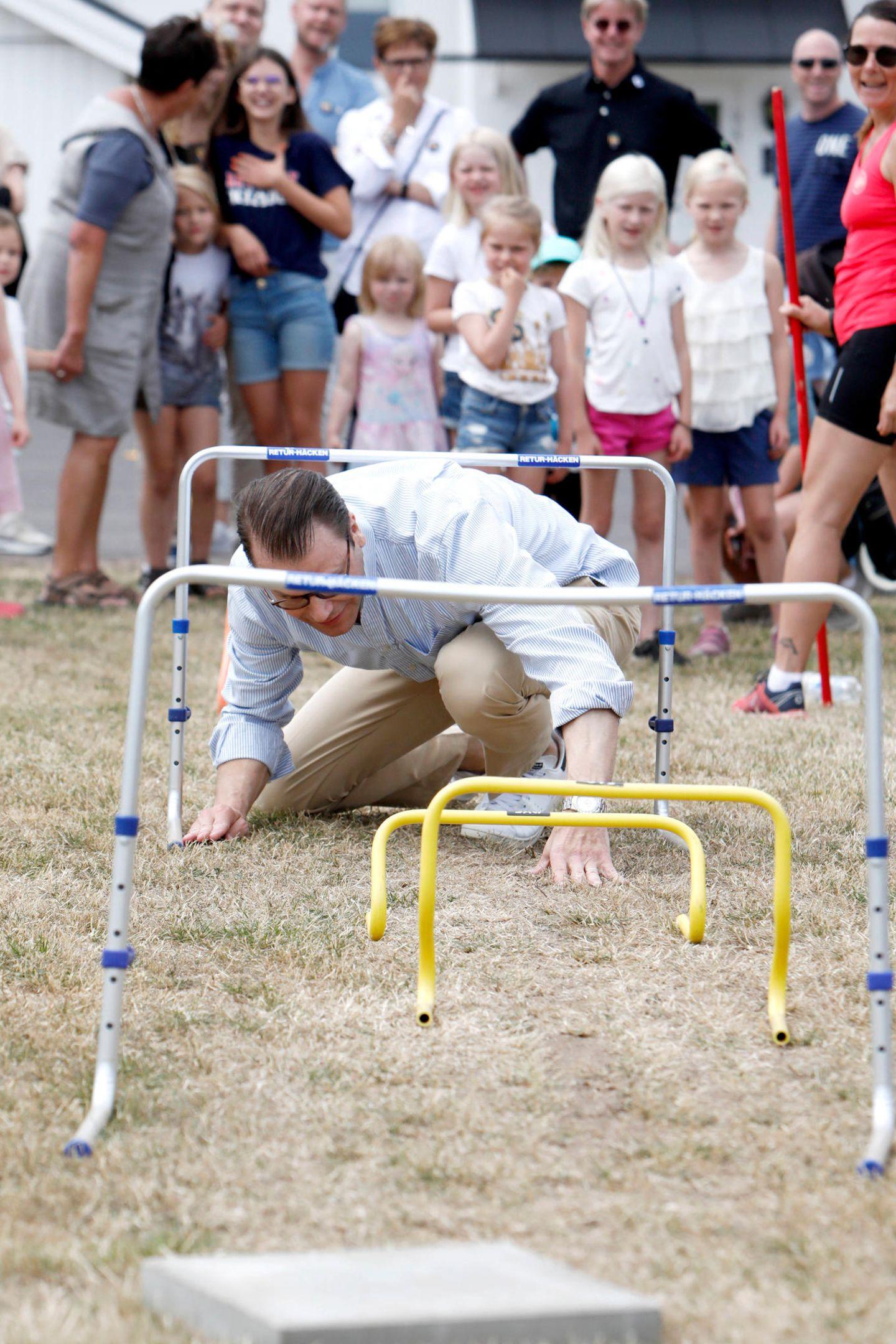 """12. Juli 2019  Prinz Daniel nimmt anlässlichder Victoriatage an dem Event """"Move for fun"""" teil und macht tatsächlich jeden Spaß mit. Ob es nun darum geht, unter Hürden durchzukriechen, ..."""