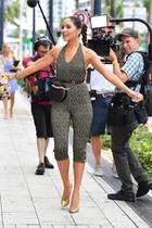 Olivia Culpo geht komplett mit dem Trend: Sie schlüpft in einen Bodycon-Jumpsuit und betont ihre Taille mit einem feinen Gürtel. Für den letzten Schliff sorgt sie mit der angesagten Bauchtasche von Chanel.