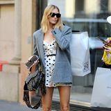 Lena Perminova beweist extrem viel Trendgespür: Über ihr romantischesMini-Dress zieht sie einen weiten Blazer, der ihren Look etwas mehr nach Girlboss aussehen lässt. Die Cowboy-Boots und die Sattel-Tasche von Dior (wie passend!) geben dem Ganzen das gewisse Etwas.