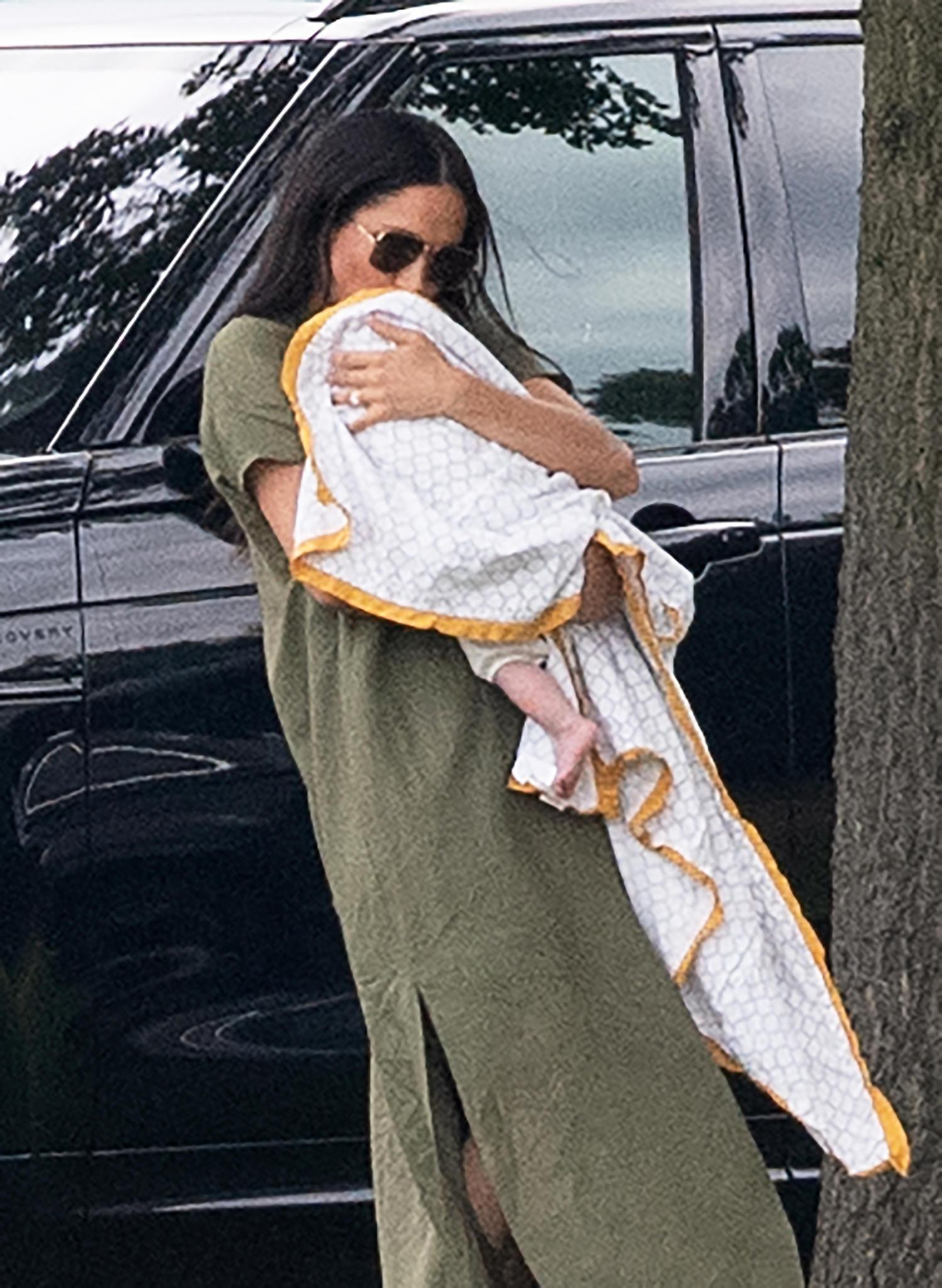 """Es ist der erste Familienausflug in der Öffentlichkeit von Herzogin Meghan, Prinz Harry und ihrem Sohn Archie. Meghan hüllt ihren Sohn in eine Decke des Labels """"Malabar Baby""""."""