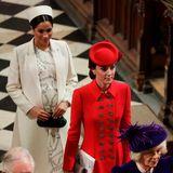 11. März 2019  Beim Commonwealth-Gottesdienst im Westminster Abbey gehen die Herzoginnen hintereinander her. Ein kleiner Plausch zur Begrüßung musste reichen. (Nach diesem Auftritt verschwindet Herzogin Meghan erst einmal von der Bildoberfläche, um sich auf die Geburt ihres Kindes vorzubereiten.)