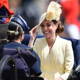 Die Fahrt scheint auch Herzogin Catherine Spaß zu machen. Ihr Lachen ist kaum zu übersehen.